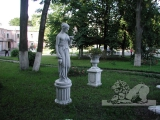 Скульптура женщины бетонная
